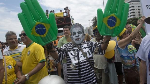 """""""Ud med Dilma! Ud med arbejderpartiet!"""" Hvad sker der med Brasilien nu?"""