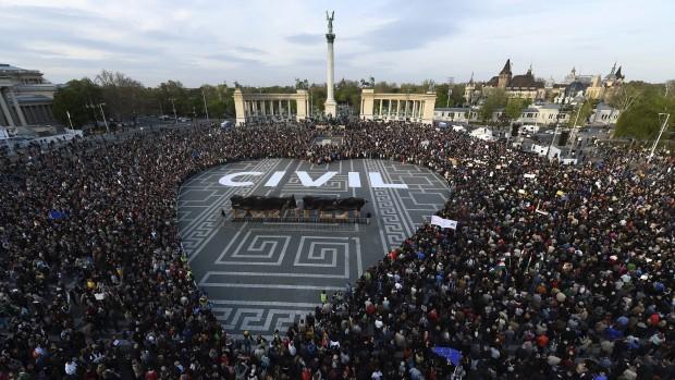 Demokratiets krise i Østeuropa Af Søren Riishøj
