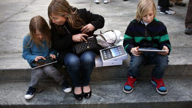 Mie Oehlenschläger og Katrine Pedersen i RÆSON39: Tech-industriens krav eller barnets tarv?