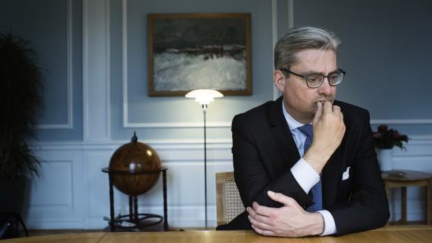 """Søren Pind: """"Man har overladt den overordnede politiske styring til Finansministeriet. Derfor står vi i dag med et udenrigsministerium, som størrelsesmæssigt ikke passer til et skandinavisk land.  I virkeligheden tror jeg, at man efter Finansministeriets mening lige så godt kunne have haft en telefonsvarer i Udenrigsministeriet"""""""