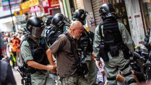 <font color=00008>LSE-professor Chris Hughes om Hong Kong:</font color> Hvis de ønskede at sende en stærkere besked, kunne de i princippet anholde hvem som helst. Men jeg tror, de vil starte med at retsforfølge en lille portion mennesker og afvente reaktionen fra omverdenen