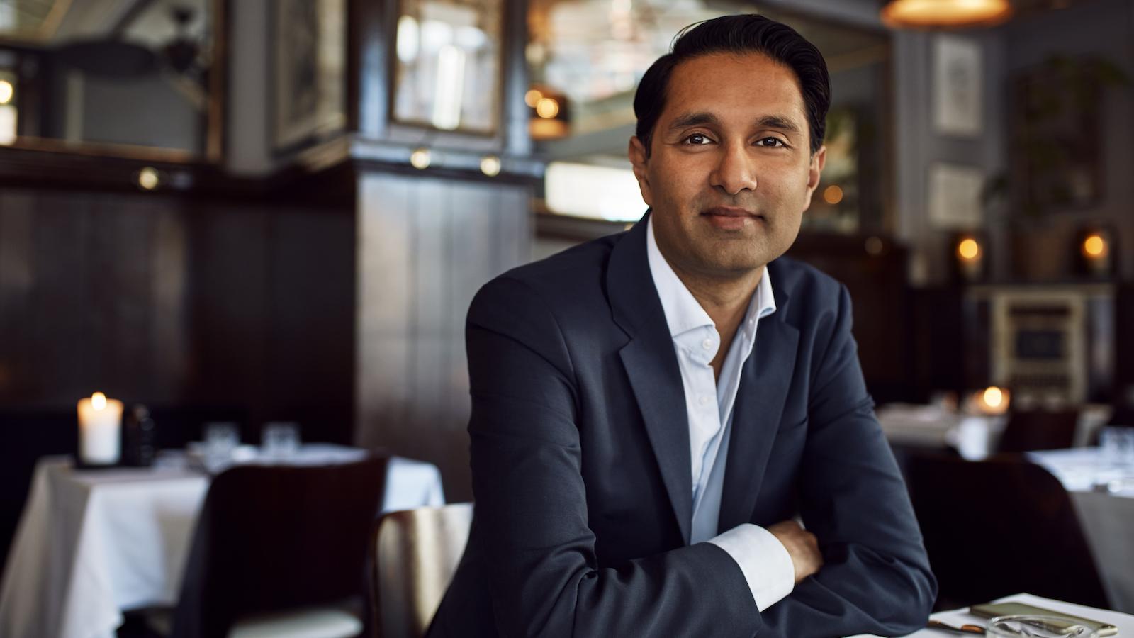 """Imran Rashid: Ukritisk er Danmark blevet et af de mest digitaliserede lande. """"Vi har fået noget, der blinker – fedt, lad os smide Grundtvig, frisindet og højskolerne ud, fordi vi har fået en iPad!"""" Men vi har ikke brug for digitaliseringen for at føle os lykkelige – tværtimod!"""