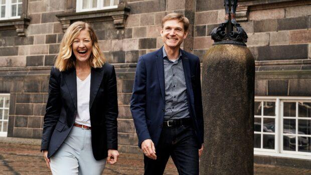 RÆSON:  Hvem af jer er enig med Mette Frederiksen på flest politikområder? SOFIE CARSTEN NIELSEN: Det tror jeg da, at Kristian er. KRISTIAN THULESEN DAHL: Det tror jeg også